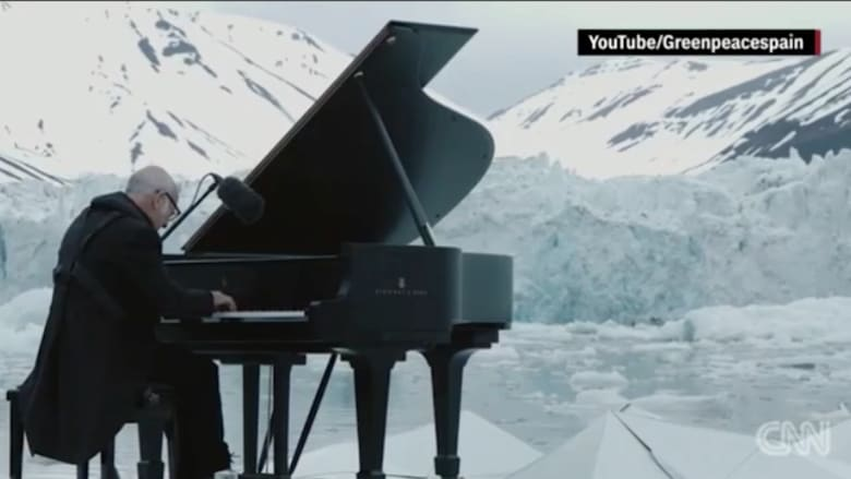بالفيديو: موسيقي يعزف البيانو في المحيط المتجمد الشمالي