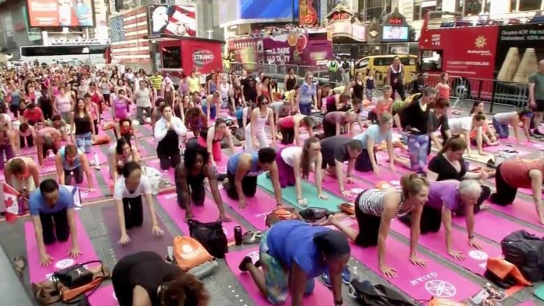 """شاهد.. الآلاف يمارسون اليوغا في ساحة """"تايمز سكوير"""" بنيويورك"""