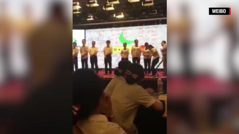 شاهد: مدرب في بنك صيني يضرب الموظفين على مؤخراتهم.. والسبب؟
