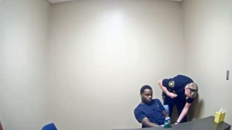 شاهد ماذا فعل مجرم يخضع للاستجواب عندما اقترب منه شرطي داخل السجن!