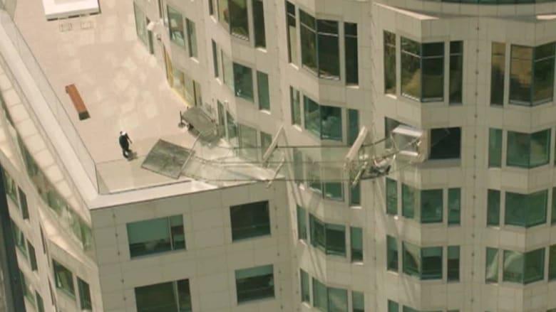 بالفيديو: عش تجربة الانزلاق بسماء لوس أنجلوس عبر ممر زجاجي