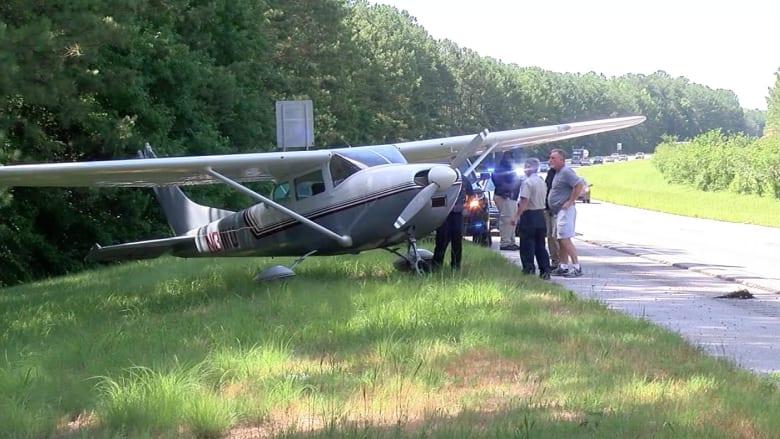 شاهد.. طائرة صغيرة تهبط اضطرارياً على طريق سريع بولاية جورجيا