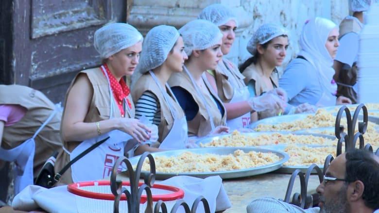 إحدى بوّابات الجامع الأموي تتحول إلى مطبخ يقدّم الطعام للمحتاجين في رمضان