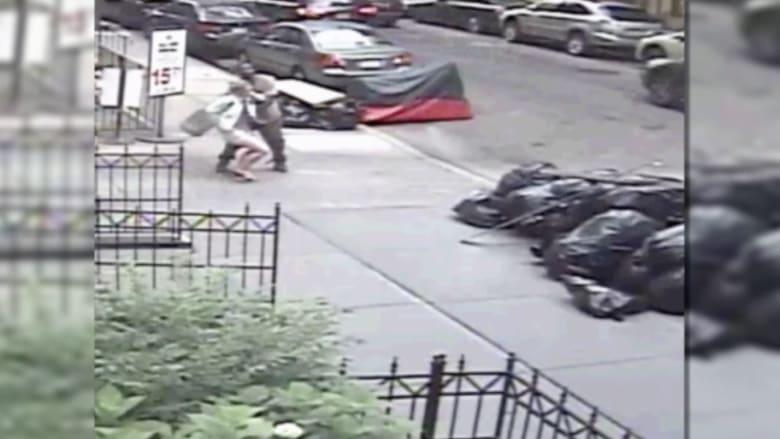 """شرطة نيويورك تنشر فيديو لـ""""مختل عاطفيا"""" وضع كيسا من البراز في سروال امرأة"""