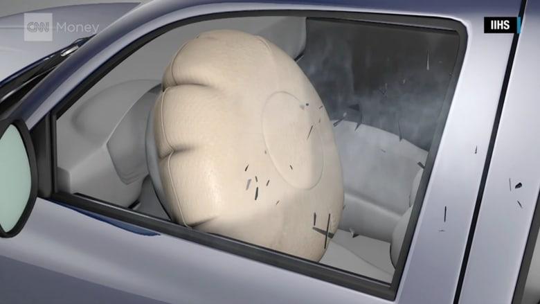 """شاهد مالذي يحدث عند انفجار وسائد """"تاكاتا"""" الهوائية في سيارتك"""