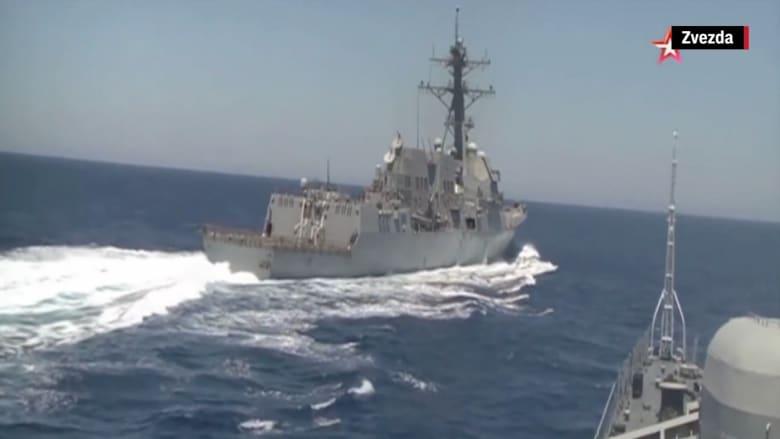 شاهد.. سفينة حربية روسية تقترب بشكل خطير من مدمرة أمريكية