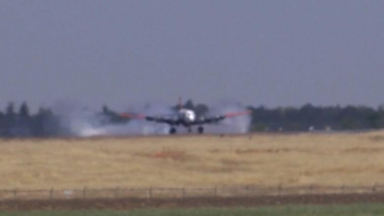 شاهد.. لحظة هبوط طارئ لطائرة إطفاء حرائق واشتعال النيران في إطارها