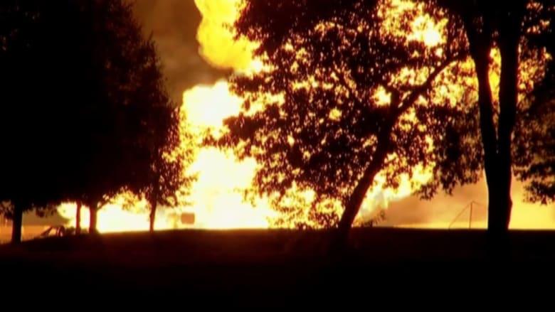 بالفيديو: انفجار خط أنابيب غاز بعد اصطدام سيارة في ولاية ميتشغان