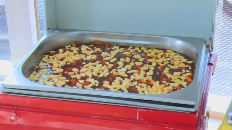 شاهد: الحلوى بالهيل والزعفران والنكهات.. إليكم مذاق العيد في البحرين