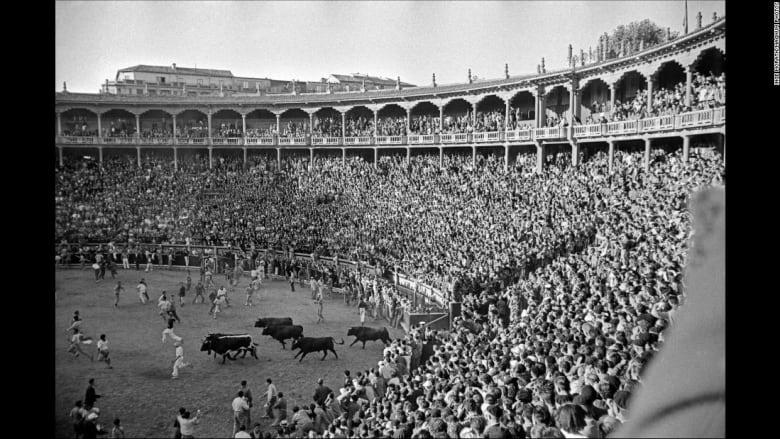 كيف كان شكل سباق الثيران الإسباني منذ 60 عاماً؟