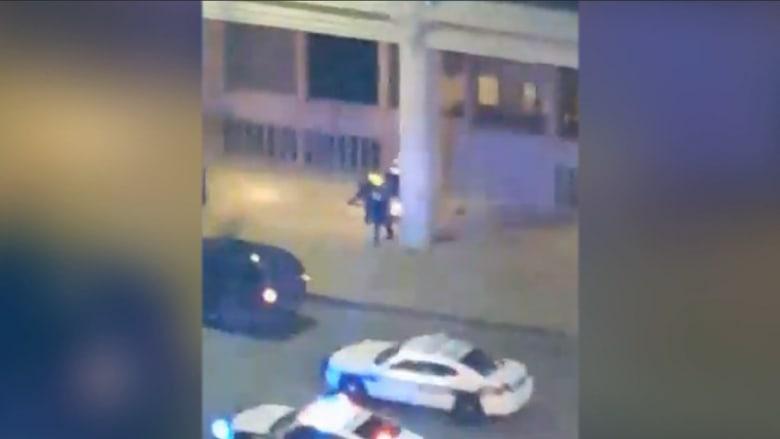 بالفيديو.. شاهد عيان يسجل لحظات لتبادل إطلاق النار مع مشتبه به بدالاس ويروي لـCNN ما عاينه