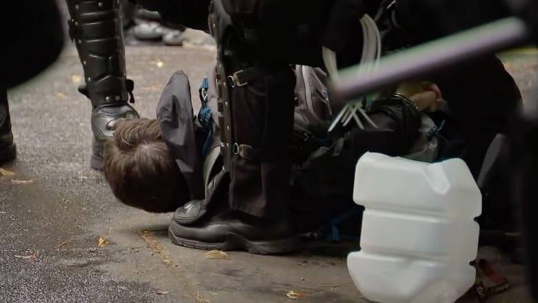 بالفيديو: الشرطة الأمريكية تعتقل رجلا سحب مسدسه خلال مظاهرة في أوريغون ضد عنف الشرطة