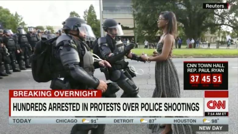بالفيديو: انتشار صورة لناشطة في مظاهرات ضد إطلاق النار على السود بأمريكا