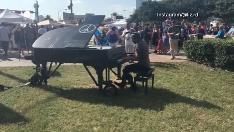 شاهد.. موسيقي يعزف البيانو خارج مقر للشرطة في دالاس