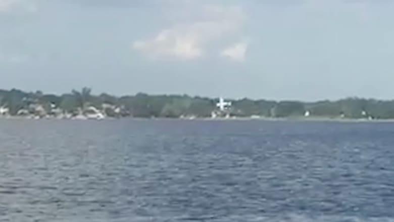شاهد.. لحظة تحطم طائرة ببحيرة ونجاة الطيار وابنته بأعجوبة