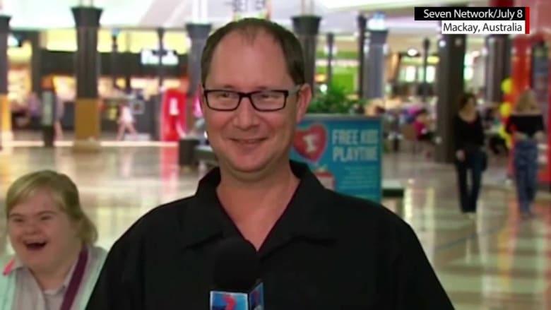 شاهد.. ماذا فعلت فتاة أسترالية تقف خلف مذيع خلال بث على الهواء