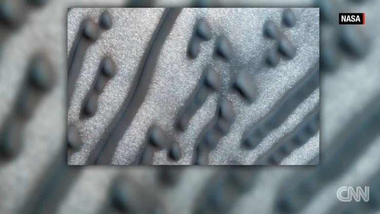 """بالفيديو: اكتشاف ناسا لرسمة تشبه """"شفرة مورس"""" على سطح المريخ"""