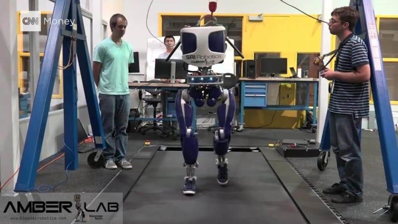 شاهد.. هذا الروبوت صُمم ليسير مثل البشر تماماً