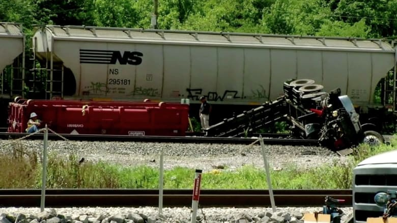 بالفيديو: تصادم قطار وشاحنة مقطورة في ولاية تنيسي الأمريكية