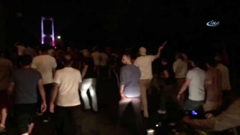 شاهد.. حشود من الأتراك يتجمعون في شوارع أنقرة