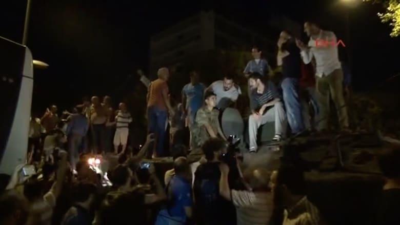"""شاهد.. أتراك يهتفون """"الله أكبر"""" من فوق دبابة للجيش في إسطنبول"""