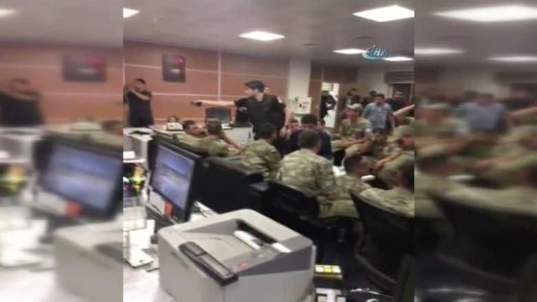 شاهد.. قوات من الجيش التركي داخل مقر التلفزيون الرسمي