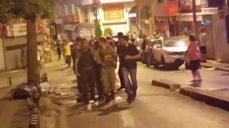 بالفيديو: قوات أمن تركية تعتقل جنودا من الجيش شاركوا في محاولة الانقلاب
