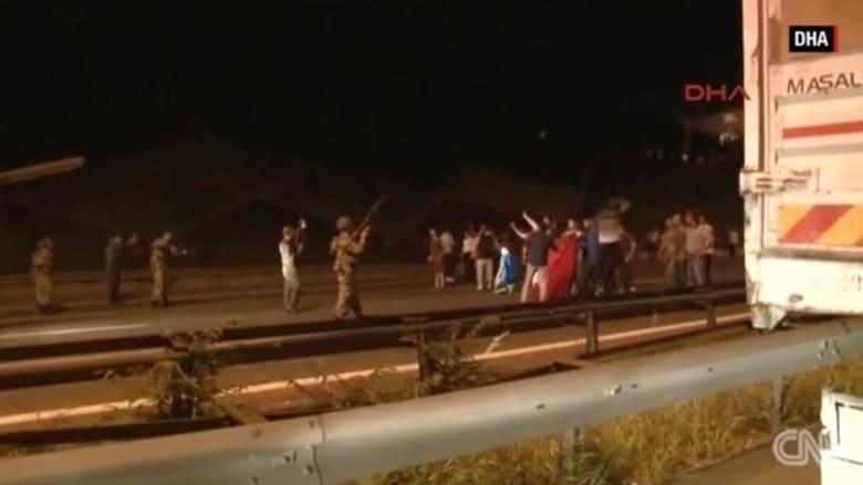 بالفيديو: متظاهرون في مواجهة قوات من الجيش التركي
