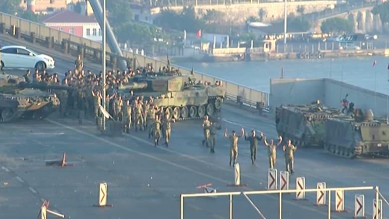 شاهد.. لحظة استسلام جنود أتراك شاركوا في محاولة الانقلاب على جسر البسفور