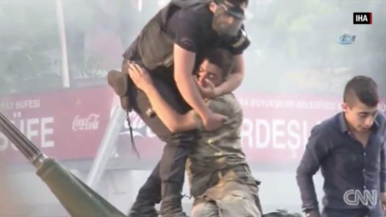 بالفيديو: شرطي تركي يساعد جنديا ويعانقه بعد ضربه من قبل المتظاهرين
