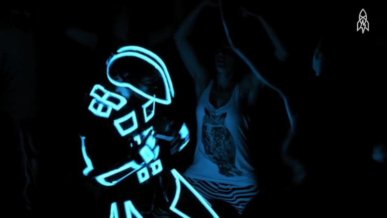 بانعدام الانتقادات الاجتماعية.. ما هو شعور الراقصين بالظلام؟