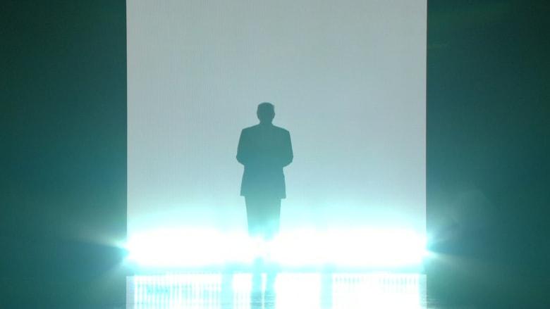 """شاهد: أضواء وظلال وموسيقى تصويرية درامية.. دخول ترامب """"البطولي"""" منصة مؤتمر الحزب الجمهوري"""