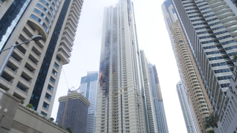 بالفيديو: فرق الدفاع المدني في دبي تسيطر على حريق في برج سكني خلال 3 ساعات