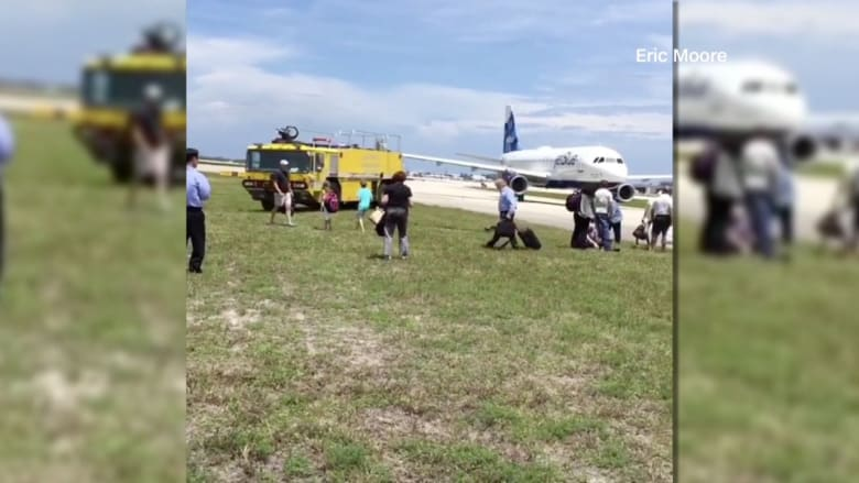 بالفيديو: إخلاء طائرة ركاب في مطار بفلوريدا بسبب تقرير عن تسرب وقود