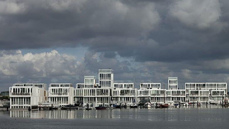 مع اكتظاظ المدن بالسكان... هل ينتقل البناء إلى سطح المياه؟