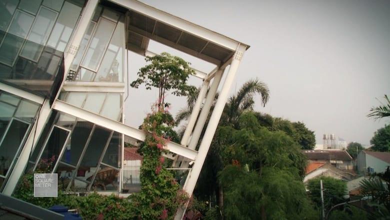 """ما سر تصميم """"المنزل المائل"""" في جاكرتا؟"""