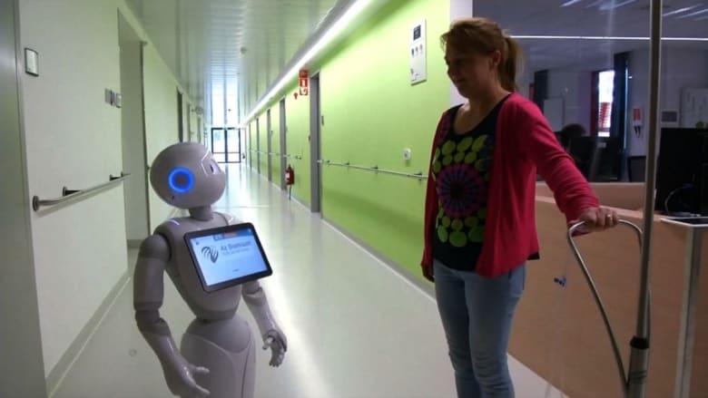 بالفيديو: مستشفى بلجيكي يوظف روبوتاً يستقبل المرضى والزوار بـ 19 لغة