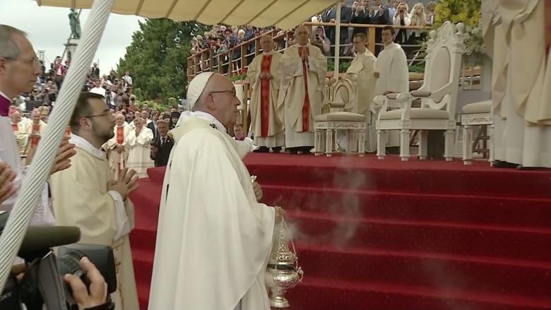 شاهد.. لحظة سقوط بابا الفاتيكان أرضاً خلال زيارته إلى بولندا