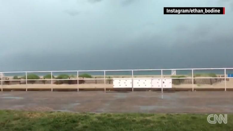 شاب يصور مشهد عاصفة فوق المحيط.. وفجأة!