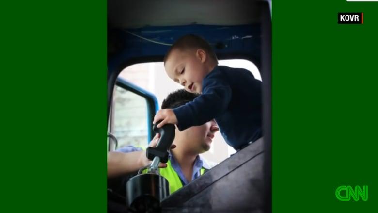 طفل مريض يحقق حلمه المتواضع ليصبح بطلا بجمع النفايات