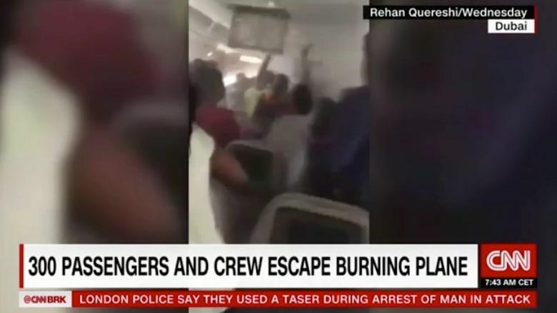شاهد ما حدث داخل رحلة طيران الإماراتية حال هبوطها الإضطراري
