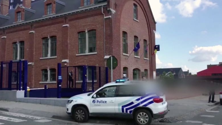 """الشرطة البلجيكية: مقتل رجل بعد هجومه على ضابطتين بمنجل هاتفا """"الله أكبر"""""""