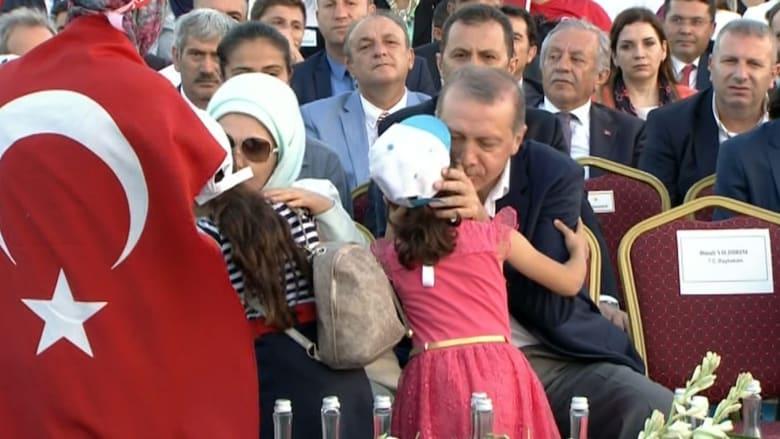 """شاهد.. أتراك يقبلون أيدي أردوغان وزوجته في تجمع """"الديمقراطية والشهداء"""""""