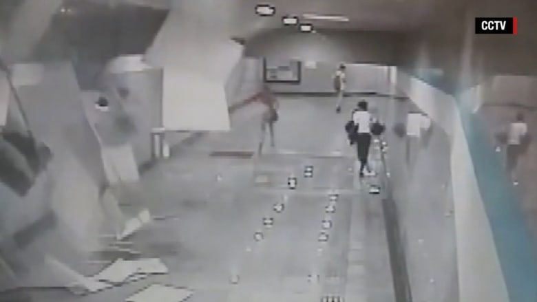 شاهد.. فزع الركاب لحظة انهيار سقف مستعار في محطة مترو