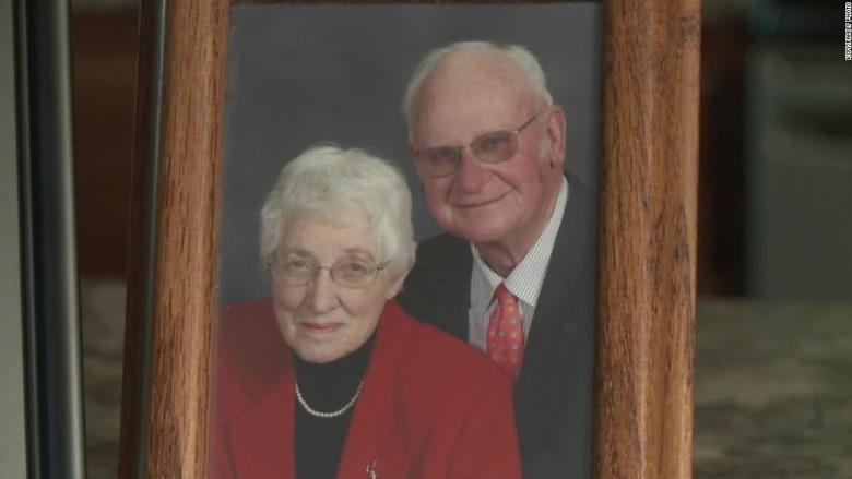 بعد زواج استمر لـ63 عاماً.. وفاة زوج بفارق دقائق عن بعضهما
