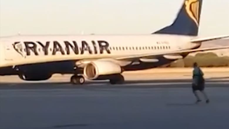 راكب يلاحق طائرة على المدرج بعد أن فاته موعد انطلاقها