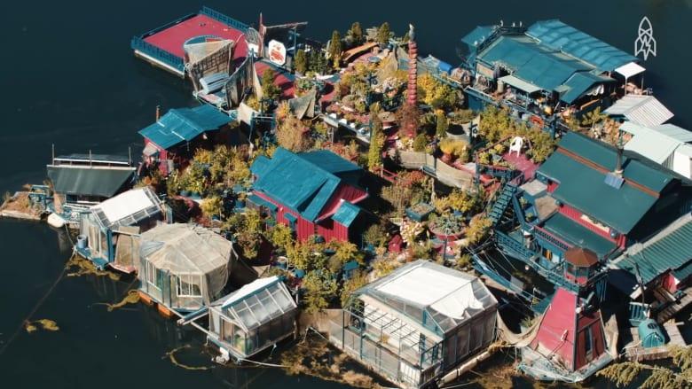 يعيشان في جزيرة عائمة من صنعهما منذ 24 عاماً