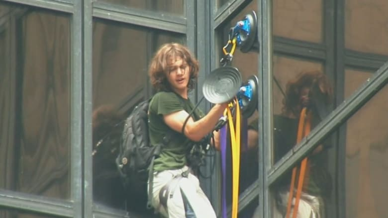 شاب يتسلق برج ترامب ليحاوره والشرطة الأمريكية تعتقله