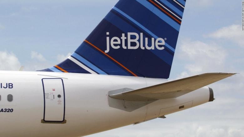 إصابة 24 شخصا على متن طائرة أمريكية بسبب مطبات هوائية عنيفة