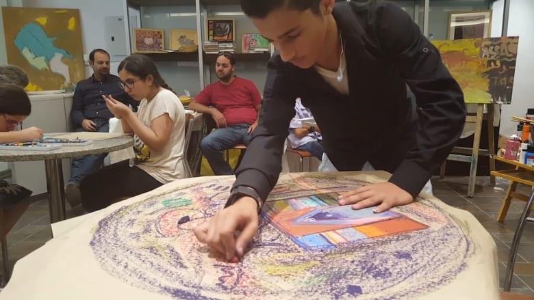 الأردن.. أطفال مكفوفون يرسمون برائحة الألوان
